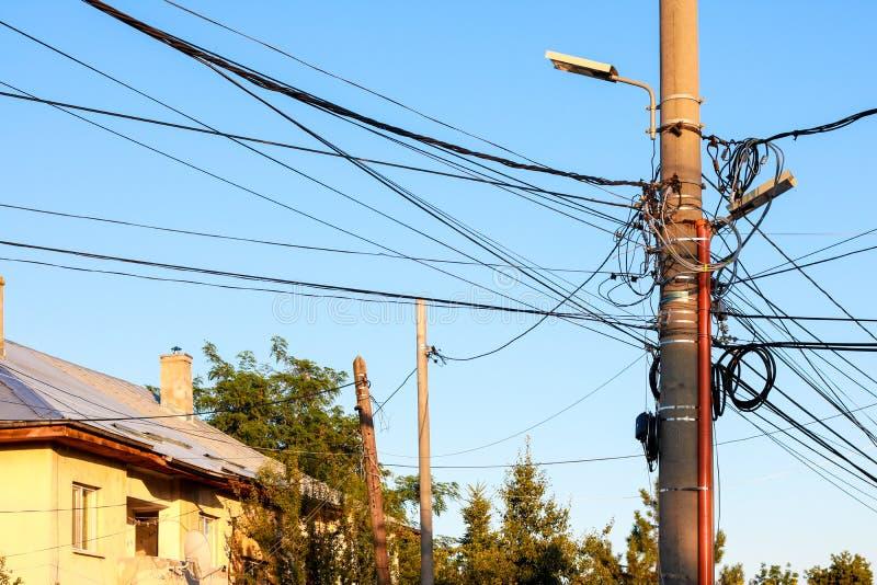Straatlantaarnpijler met vele kabels stock afbeeldingen