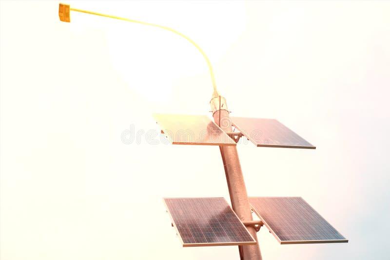 Straatlantaarnpolen door zonne-energie worden aangedreven die Zonnepanelen op elektrische pool voor verlichting op de weg in de s royalty-vrije stock afbeelding