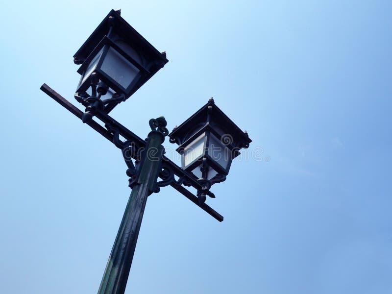 Straatlantaarnpost op blauwe hemelachtergrond royalty-vrije stock foto