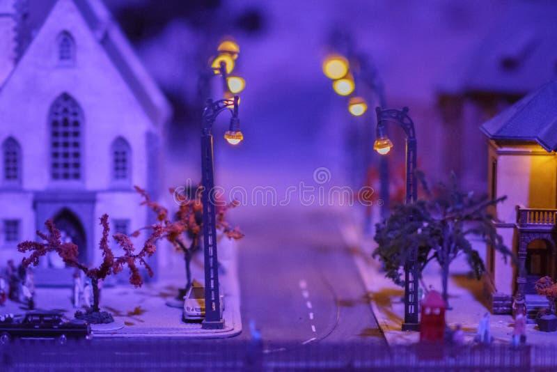 Straatlantaarns die in de nacht van de winter gloeien royalty-vrije stock fotografie