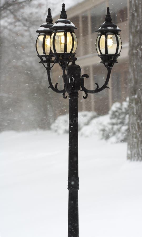Straatlantaarns in een blizzarddag stock foto