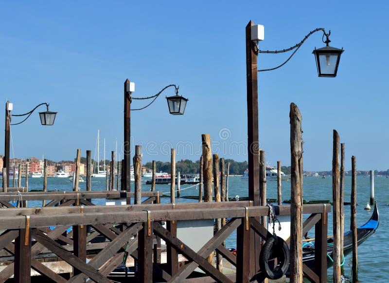 Straatlantaarns op het dok voor gondels in Venetië, Italië royalty-vrije stock fotografie