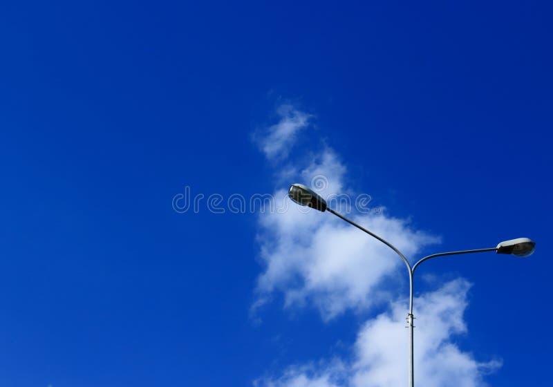 Straatlantaarns tegen de hemel stock fotografie