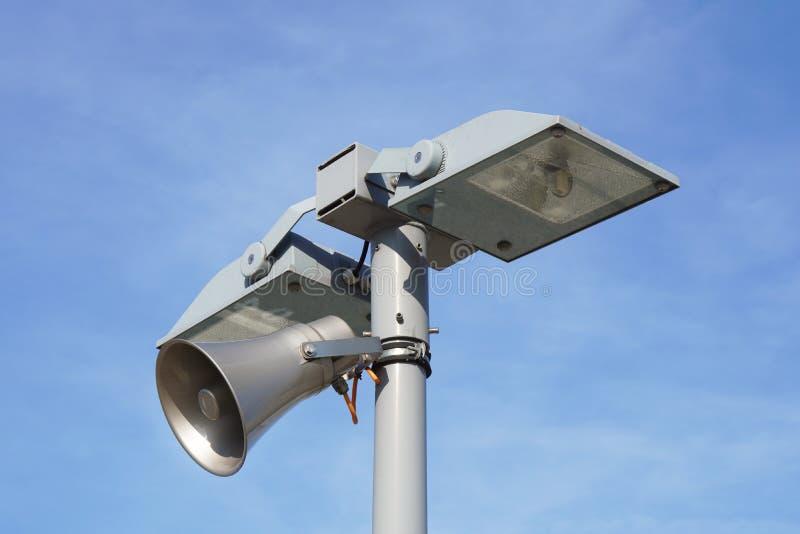 Straatlichtlamppost met luide luidspreker stock afbeeldingen