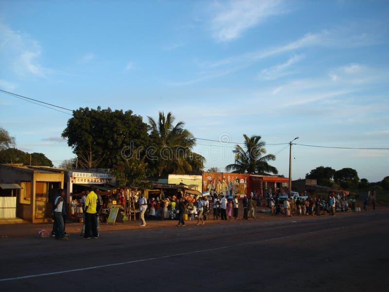 Straatmarkt bij de hoofdweg in Mozambique stock illustratie