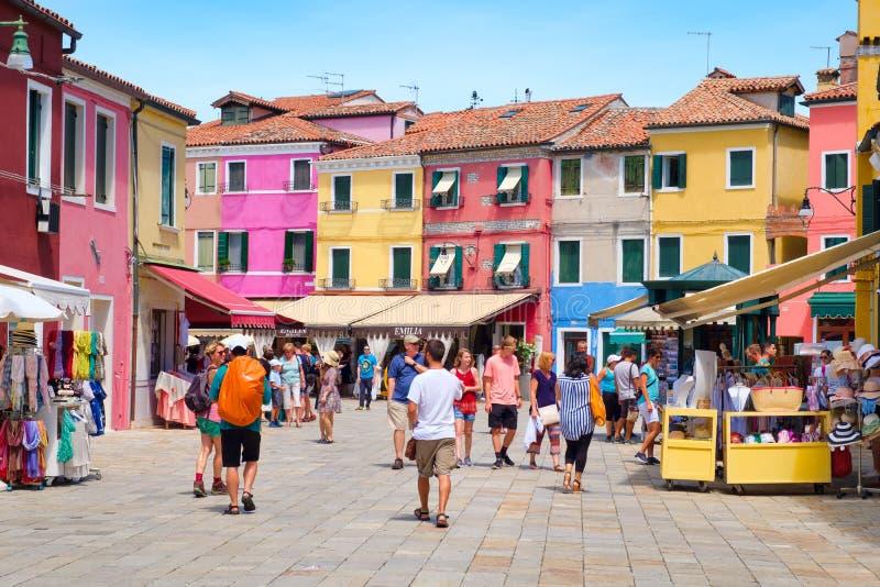 Straatmarkt en kleurrijke huizen op het Eiland Burano dichtbij royalty-vrije stock afbeeldingen