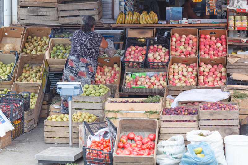 Straatmarkt met appelen, druiven en andere verse vruchten stock fotografie