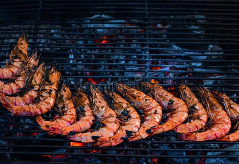 Straatmarkt met Vietnamese voedsel en cousine Exotisch Aziatisch voedsel Geroosterde zeevruchten, hoogste mening royalty-vrije stock foto's