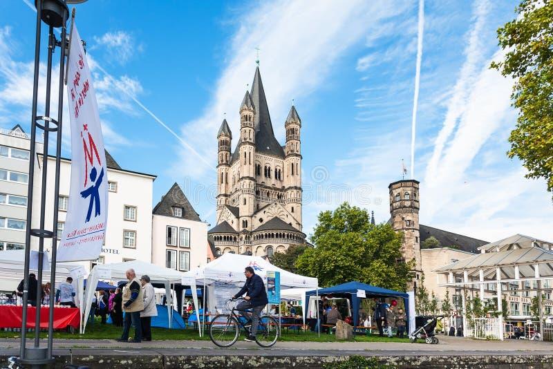Straatmarkt op Frankenwerft-gebied van de stad van Keulen stock afbeeldingen