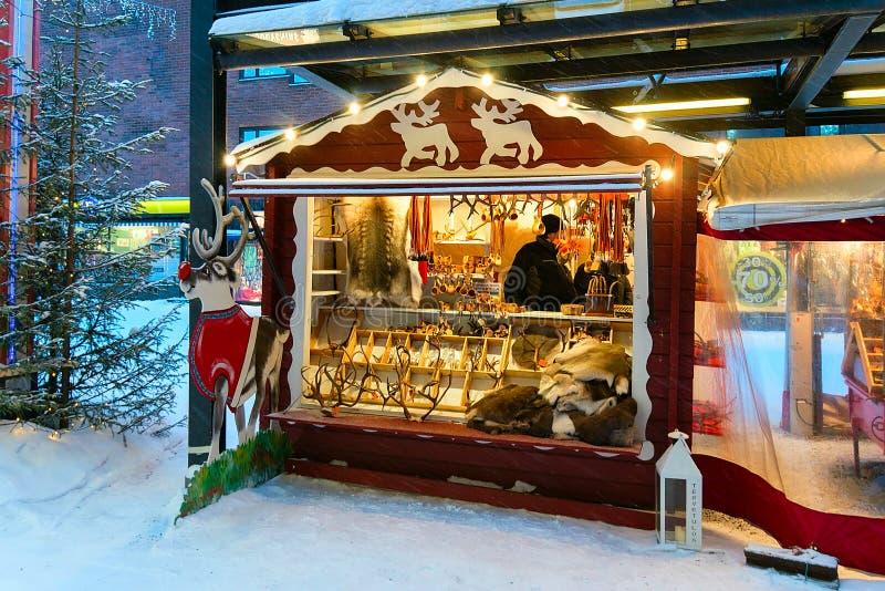 Straatmarktkraam met de traditionele herinneringenwinter Rovaniemi Finland stock fotografie