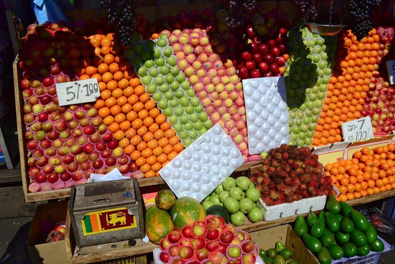 Straatmarktkraam met kleurrijk fruit stock afbeeldingen