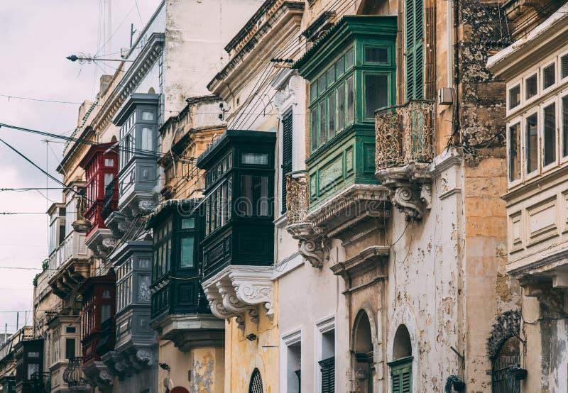 Straatmening in Birgu met traditionele balkons, Malta royalty-vrije stock afbeeldingen