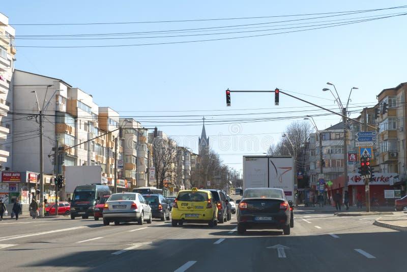 Straatmening in het centrum van Bacau, een stad in noordoostelijk Roemenië, op een zonnige dag royalty-vrije stock afbeeldingen
