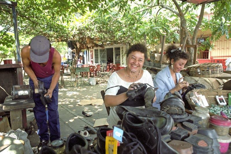 Straatmening Managua met schoenmaker en shoeblack stock fotografie