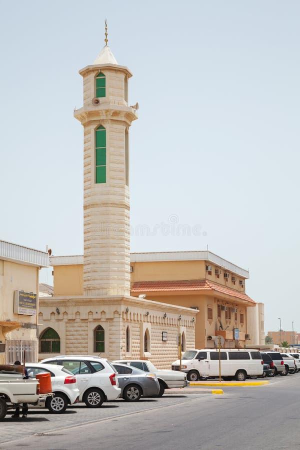 Straatmening met auto's en moskeeminaret, Saudi-Arabië royalty-vrije stock afbeelding