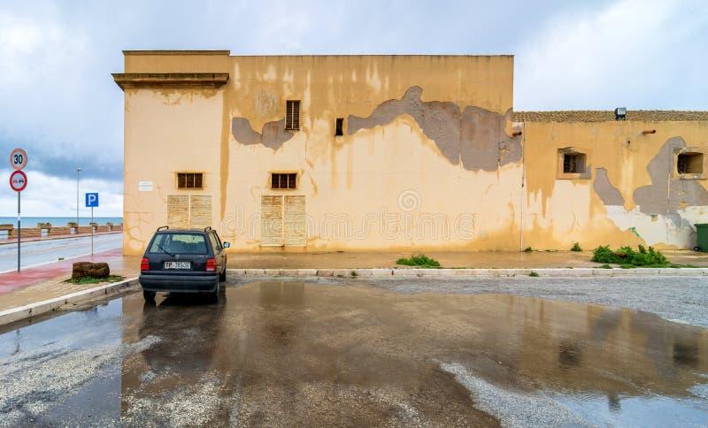 Straatmening met bezinning in Marsala, Italië royalty-vrije stock foto's