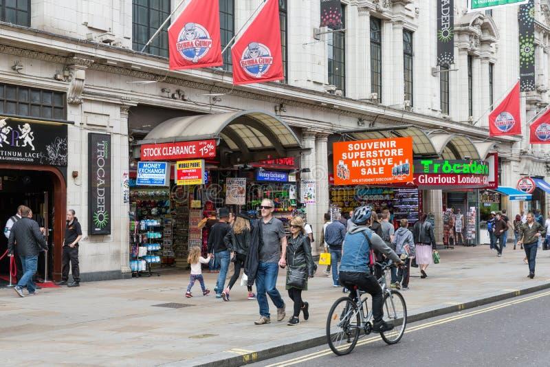 Straatmening met fietser en voetgangers dichtbij Londen Trocadero a royalty-vrije stock foto