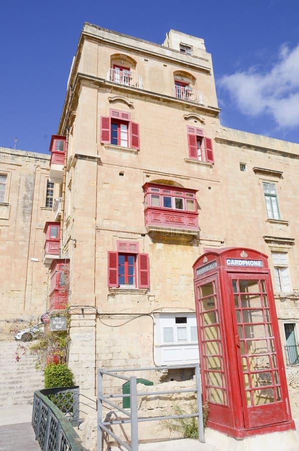 Straatmening met rode balkons, Valletta, Malta royalty-vrije stock fotografie