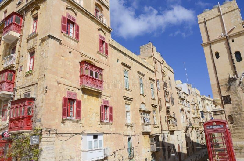Straatmening met rode balkons, Valletta, Malta stock afbeeldingen