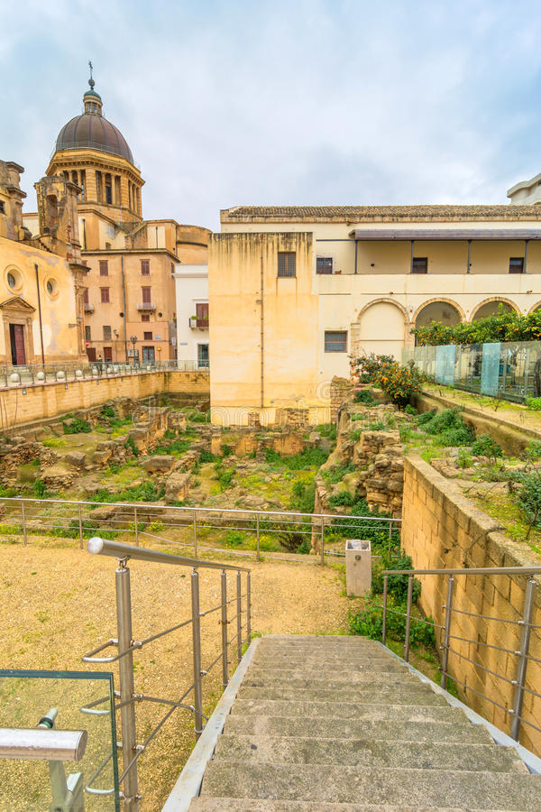 Straatmening met Roman ruïnes in Marsala, Italië stock fotografie