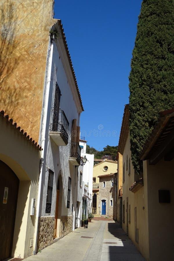Straatmening met steenhuizen van Begur, Catalonië stock foto