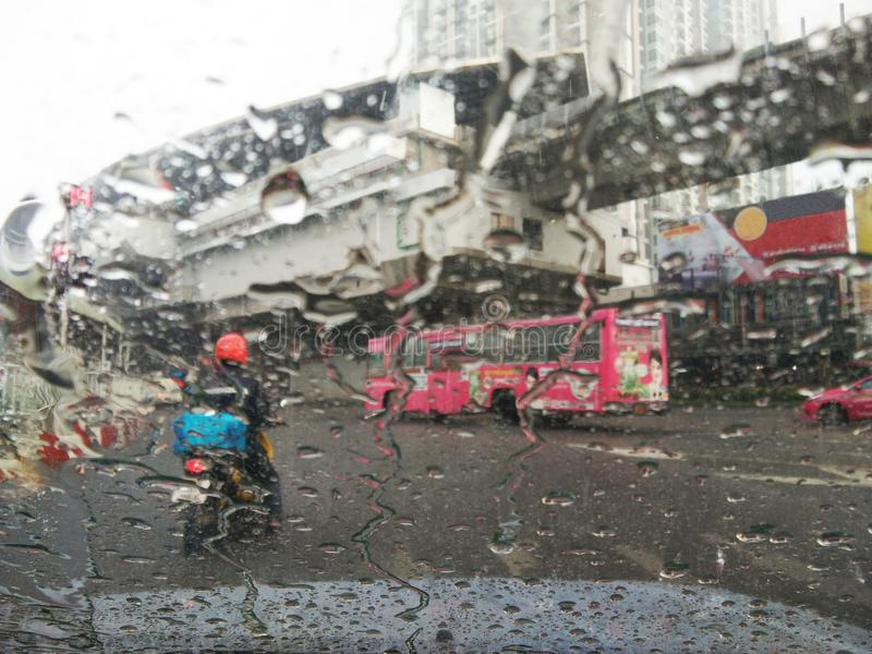Straatmening op regenende dag stock foto