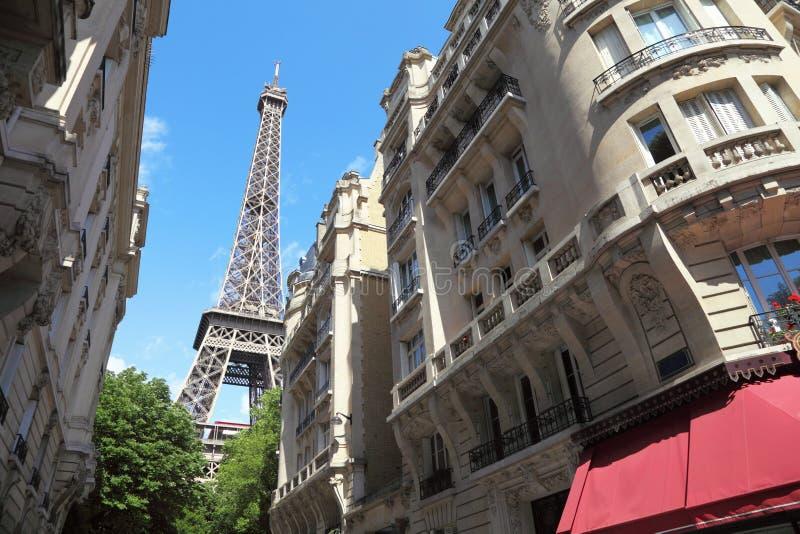 Straatmening over de toren van Eiffel in Parijs, Frankrijk stock fotografie