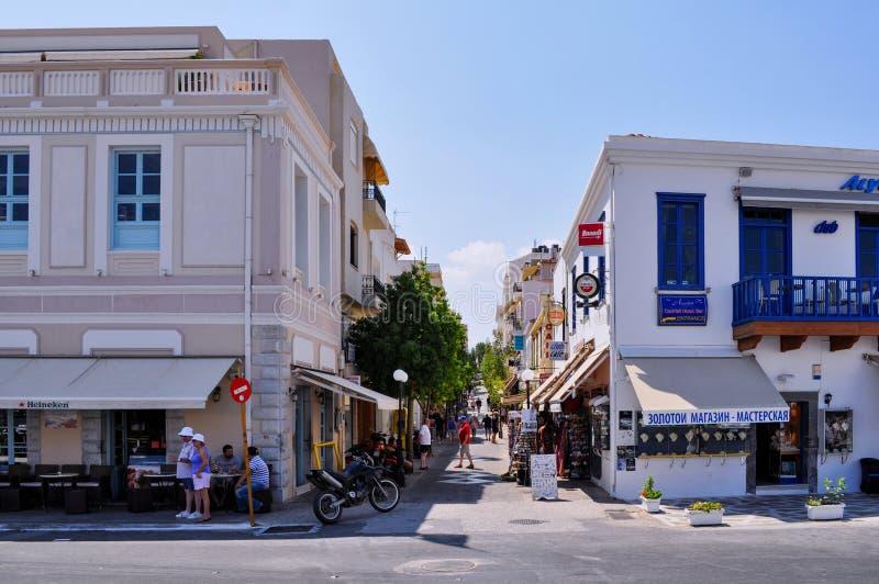 Straatmening van Agios Nikolaos-stad met het de smalle stegen van ` s die van winkels met traditionele Kretenzische producten en  royalty-vrije stock fotografie