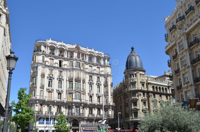 Straatmening van de woningbouw van het stadscentrum in Madrid, Spanje stock foto