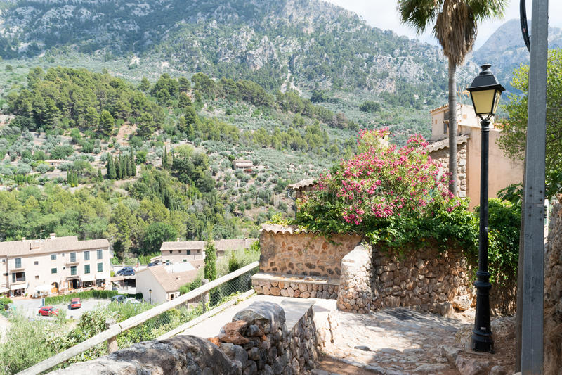 Straatmening van Fornalutx Mallorca Spanje stock afbeeldingen