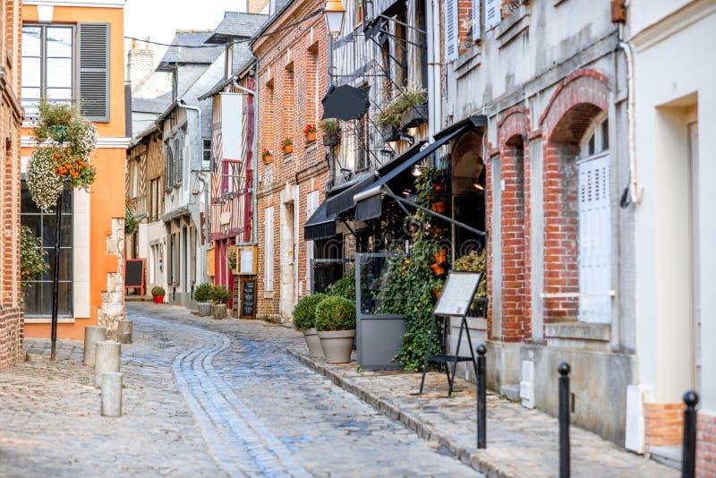 Straatmening van Honfleur, Frankrijk stock foto's