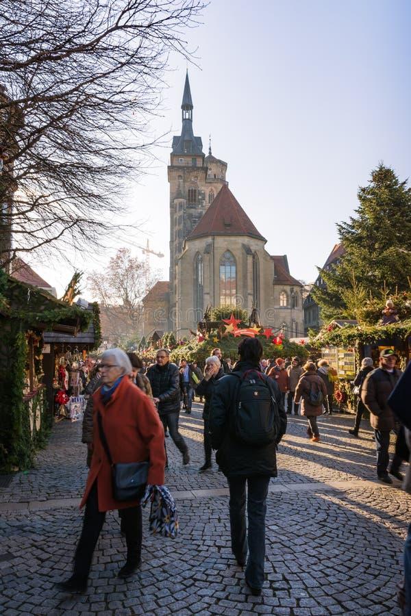 Straatmening van Kerstmismarkt van Stuttgart met Stiftskirche en stock foto