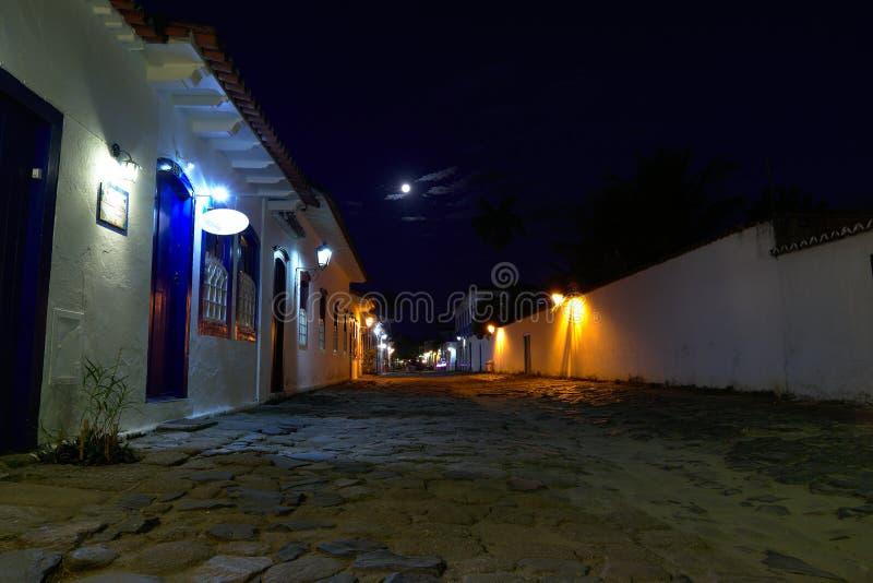 Straatmening van Paraty bij nacht stock afbeeldingen