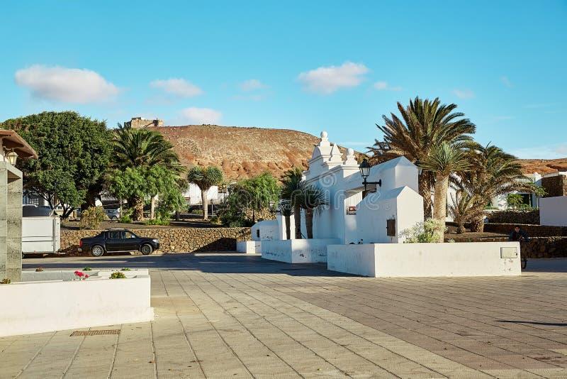 Straatmening van Teguise stad in Lanzarote Eiland, Spanje stock foto