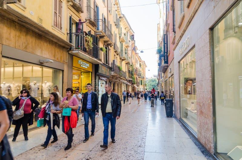 Straatmening van via Mazzini in Verona, Italië stock foto's