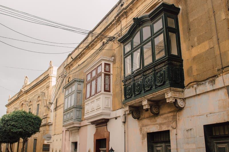 Straatmening in Victoria met traditionele balkons, Malta royalty-vrije stock fotografie