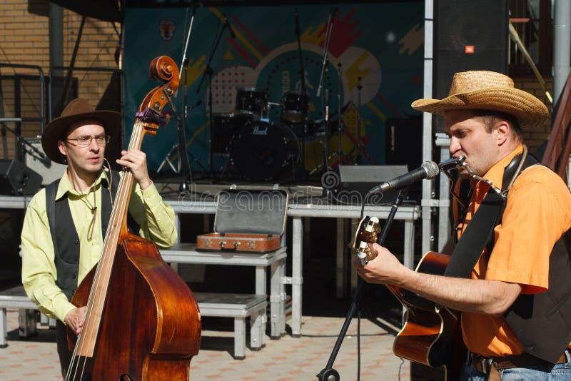 Straatmusici die een dubbel en een gitaar op de straat spelen stock foto