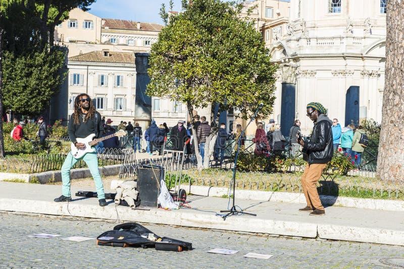 Straatmusici die elektrische gitaar in Rome, Italië spelen royalty-vrije stock afbeelding