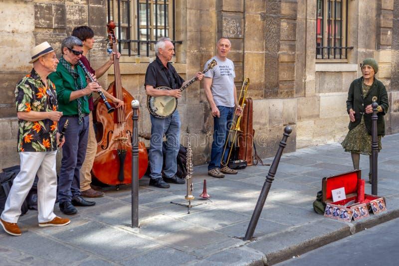 Straatmusici die in Parijs, Frankrijk presteren stock foto's
