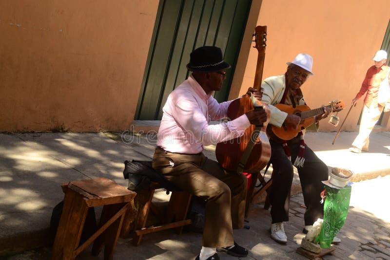 Straatmusici die traditionele Cubaanse muziek op de straat in oud Havana, Cuba spelen stock afbeeldingen