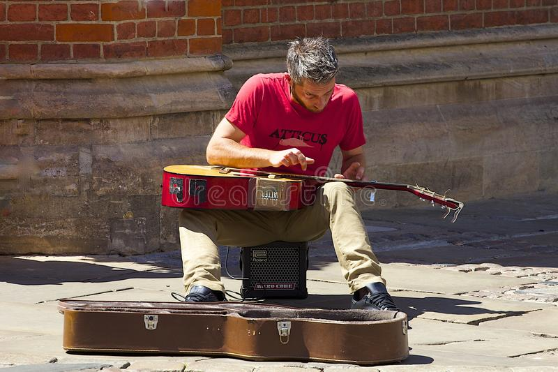 Straatmusicus in Canterbury, het UK stock afbeeldingen
