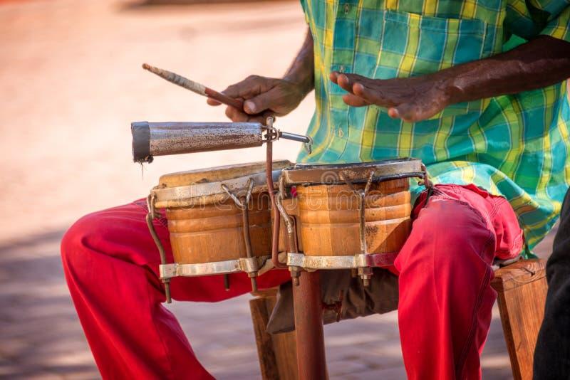 Straatmusicus het spelen trommels in Trinidad Cuba stock afbeeldingen