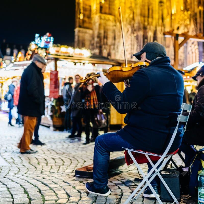 Straatmusicus het spelen viool bij Kerstmismarkt royalty-vrije stock foto's