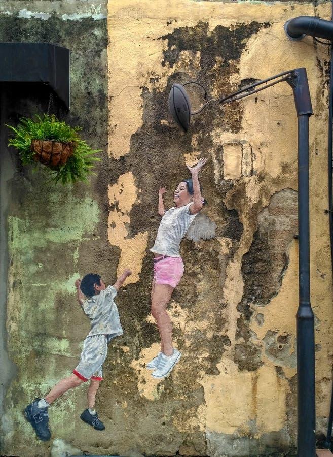 Straatmuurschildering tittle 'Kinderen die Basketbal 'spelen die door Louis Gan in Penang op 6 Juli, 2013 wordt geschilderd Het w royalty-vrije stock afbeelding