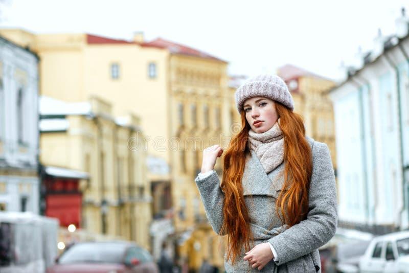 Straatportret van aantrekkelijk roodharigemodel met lange haarweari stock foto's