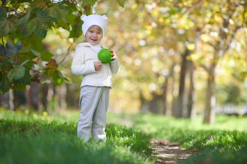 Straatportret van het kind die in het park spelen stock afbeelding
