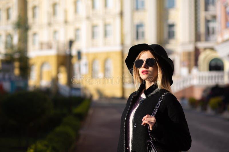 Straatportret van het overweldigende blondedame stellen bij de straat met zonlicht Lege ruimte stock afbeelding