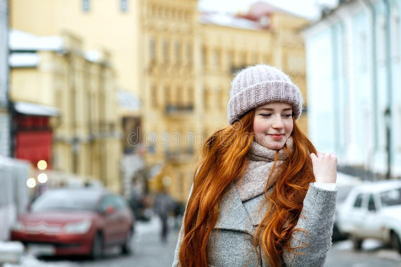 Straatportret van mooi roodharigemeisje met lang haar die wa dragen royalty-vrije stock foto