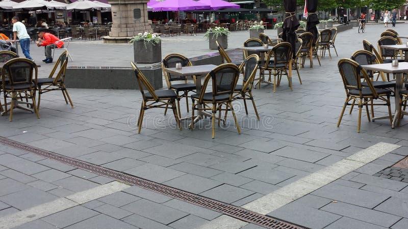 Straatrestaurants en koffie Mensen in openluchtkoffierestaurant op centraal vierkant in Slagelse, Denemarken stock fotografie