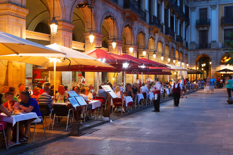 Straatrestaurants in Placa Reial in nacht Barcelona royalty-vrije stock fotografie